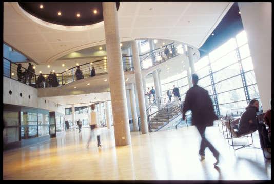 Dans le hall d'entrée de Grenoble école de management (GEM).