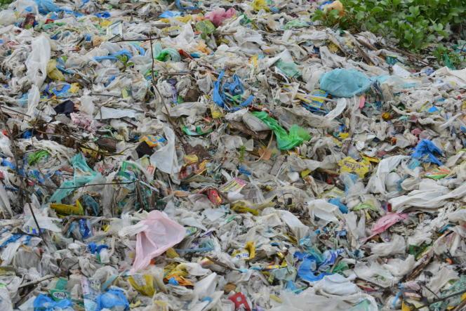 Déchets de plastique dans la baie de Manille aux Philippines