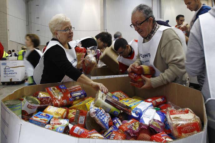 A Barcelone, des volontaires trient les dons des Espagnols aux banques alimentaires, le 28 novembre 2014.