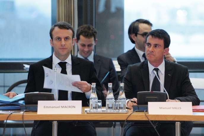 Le Premier ministre Manuel Valls et le ministre de l'Economie Emmanuel Macron assistent à une réunion du Conseil National de l'Industrie (CNI) au ministère de l'Economie, le 10 Décembre 2014 à Paris.