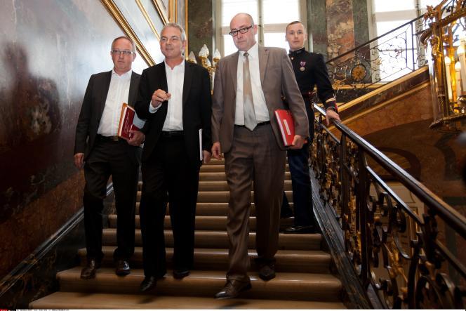 A Matignon, en 2013 : Thierry Lepaon (au centre) et Eric Lafont (à droite), le trésorier de la CGT qui a démissionné mardi.