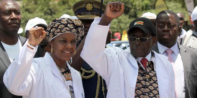 Bientôt sur le départ, le président du Zimbabwe prépare activement sa succession et veut placer son épouse, Grace (ici à gauche), à la tête du pays.