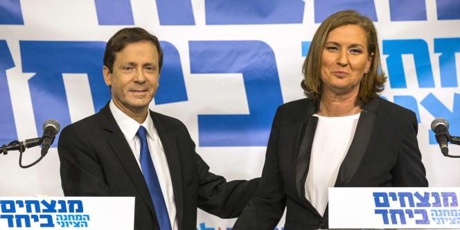 Le chef de file de l'opposition travailliste au Parlement, Isaac Herzog, et Tzipi Livni, ex-ministre de la justice israélienne, à Tel-Aviv, le 10 décembre.