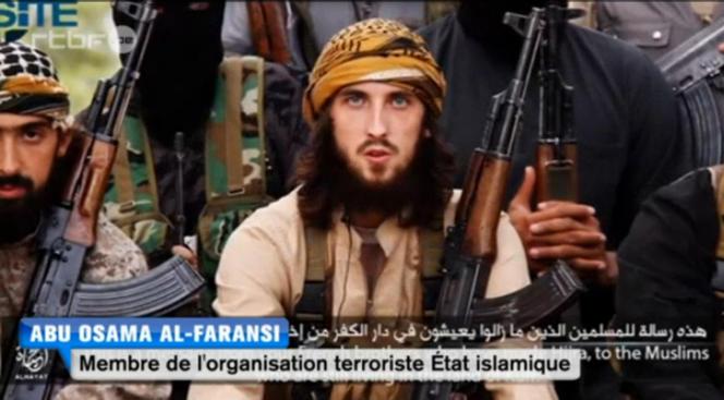 Capture d'écran d'une vidéo de propagande de l'Etat islamique du 20 novembre 2014, montrant des Français, partis combattre au sein de l'organisation, qui brûlent leurs passeports.