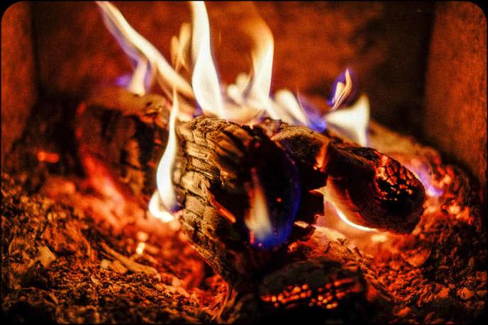 Pour défendre leur feu de cheminée, les habitants de la région parisienne qui jouissent de ce privilège sont capables de déployer des trésors de lyrisme et de mauvaise foi.