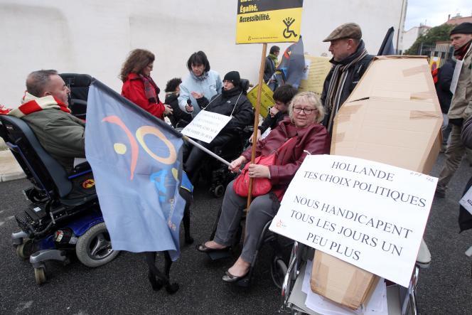 Manifestation de personnes handicapées pour l'accessibilité, à Ille-sur-Têt (Pyrénées-Orientales), le 8 décembre 2014.