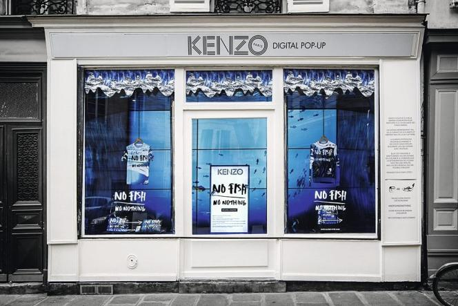 Chez Kenzo vitrines et affiches tiennent lieu de boutiques.