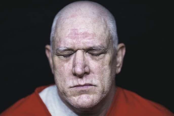 Avant son crime, Elmer Carroll avait sombré dans l'alcool et les drogues et se bagarrait beaucoup. Une violence qui, selon lui, puisait sa source  dans les sévices que son père lui faisait subir quand il était enfant.