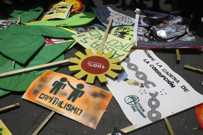 Pancartes de la manifestations pour la défense du climat à Lima, mercredi.
