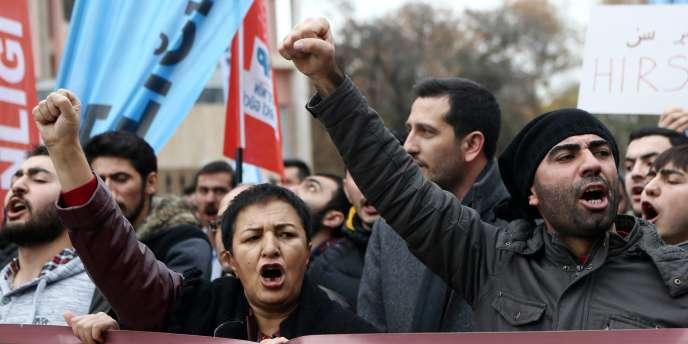 Des opposants au président turc Erdogan manifestent le 9 décembre contre la récente proposition de remettre au goût du jour l'enseignement de l'ottoman.