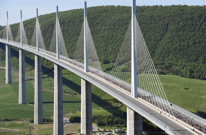 Le viaduc de Millau est devenu un véritable monument, visité chaque année par des millions de touristes.