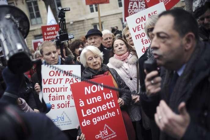 Jean-Luc Romero, à la manifestation contre le soutien apporté à François Hollande aux propositions d'Alain Claeys et de Jean Leonetti sur la fin de vie, le 12 décembre, à Paris.