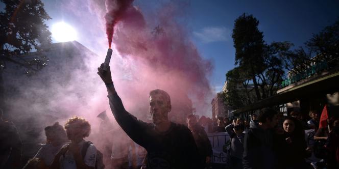 Un manifestant lors d'une grève générale à Rome le 14 novembre.