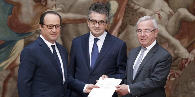François Hollande et les députés Jean Leonetti (D) et Alain Claeys (C), le 12 décembre 2014.