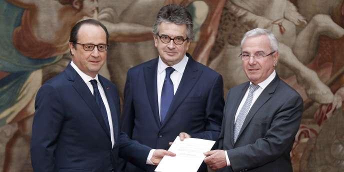 François Hollande, Alain Claeys et Jean Leonetti à l'Elysée, le 12 décembre.