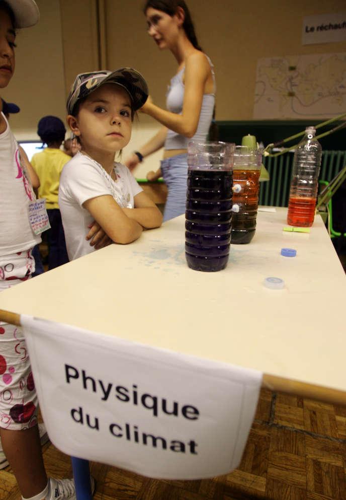 Des enfants participent à des ateliers interactifs, le 20 juillet 2006 à Paris, à l'occasion du festival