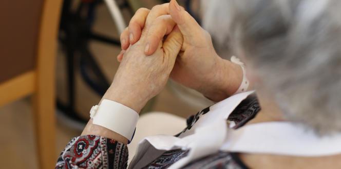 François Hollande a approuvé les propositions des députés Alain Claeys et Jean Leonetti qui préconisent des nouveaux droits pour les patients en fin de vie.