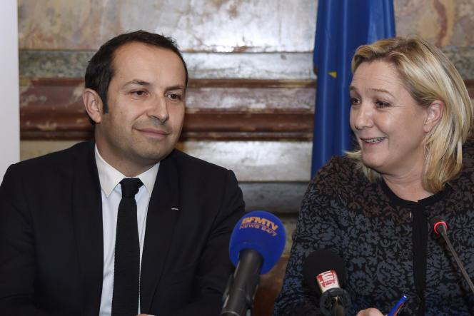 Marine Le Pen, présidente du Front national, a présenté Sébastien Chenu, transfuge de l'UMP,  lors d'une conférence de presse, vendredi 12 décembre.