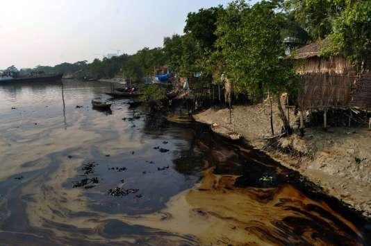 Marée noire sur la Shela, au Bangladesh, en décembre 2014 . La navigation y a été à nouveau interdite, lundi 21 mars, après le naufrage d'un bateau contenant du charbon.