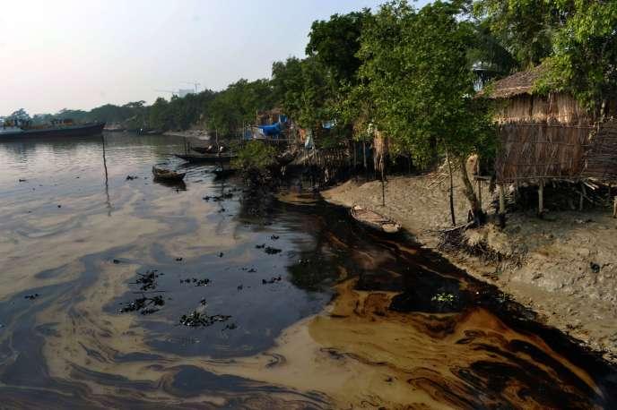 350 000 litres de pétrole se sont déversées en quatre jours dans le delta du Gange, au Bangladesh.