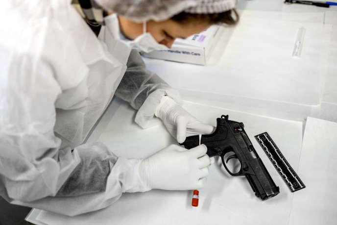 Dans un laboratoire de l'Institut national de police scientifique, à Ecully (Rhône), le 2 décembre.