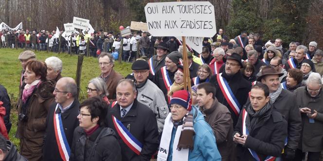 Une manifestation pour défendre le projet contesté de village vacances Center Parcs à Roybon, en Isère, a eu lieu, dimanche 7 décembre, réunissant entre 1 600 et 2 000 personnes.