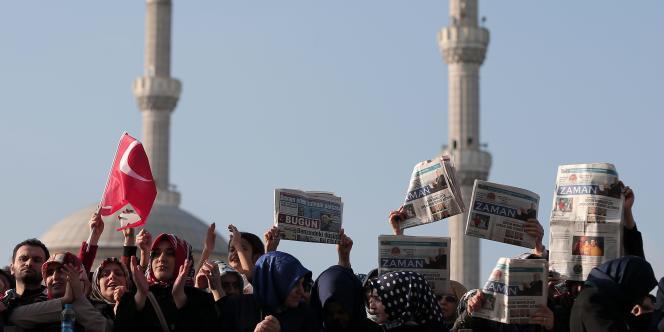 Manifestations devant le palais de justice d'Istanbul après la vague d'arrestations menée contre la presse d'opposition.