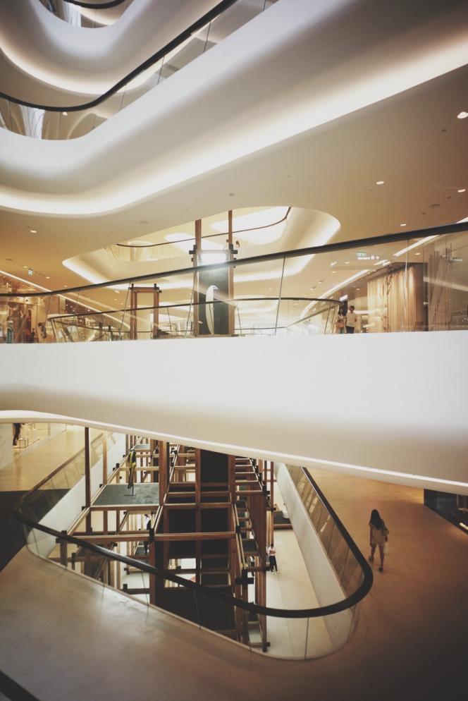 Le centre commercial Central Embassy accueil une structure éphémère de bois et de métal et offre une gamme de produits exceptionnels venus des quatre coins du monde.