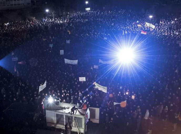 Des manifestants rassemblés à l'appel du mouvement d'extrême droite Pegida, le 8 décembre, à Dresde.