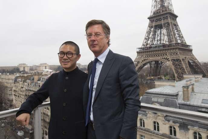 Sébastien Bazin, PDG du groupe Accor, pose avec le dirigeant du groupe d'hôtels Huazhu, à Paris le 15 décembre 2014.