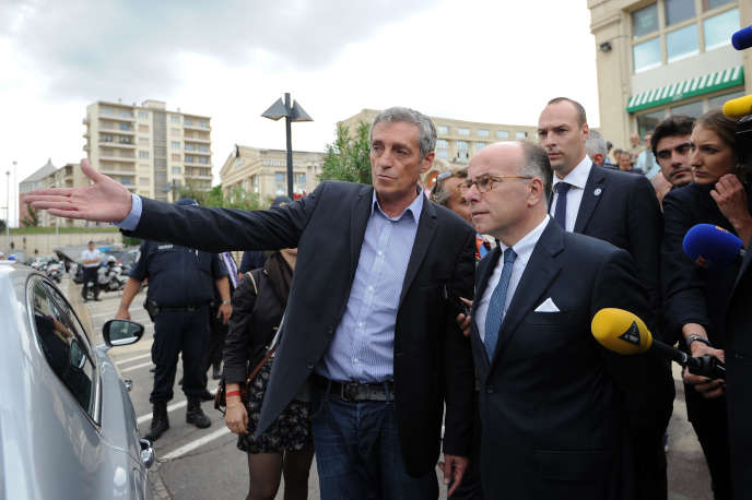 Le maire de Montpellier Philippe Saurel et le ministre de l'intérieur Bernard Cazeneuve après les inondations dans la ville le 30 septembre.