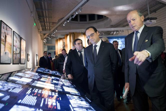 François Hollande et Jacques Toubon, Défenseur des droits, lors de l'inauguration du Musée de l'immigration, à Paris, le 15 décembre 2014.