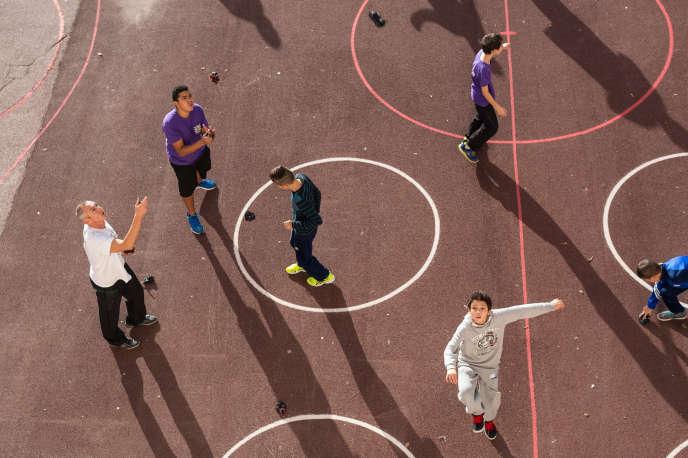 Jeunes jouant au pitchak vue d'ensemble