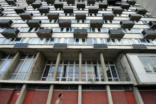 Depuis les années 1980, les aides au logement ont perdu du pouvoir d'achat. Dans les logements HLM, tous les loyers rentraient dans le plafond de l'APL lors de sa création. Aujourd'hui, la moitié des logements dépassent ce plafond.
