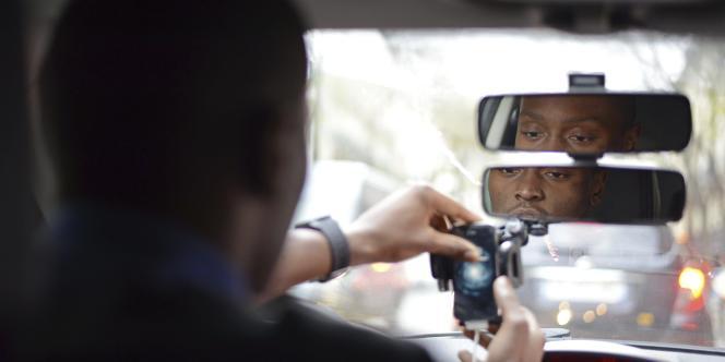 Le service de transports de personnes Uber, qui permet à des particuliers de se transformer en taxi, sera interdit par la loi Thévenoud au 1er janvier 2015, selon un porte-parole du ministère de l'intérieur.