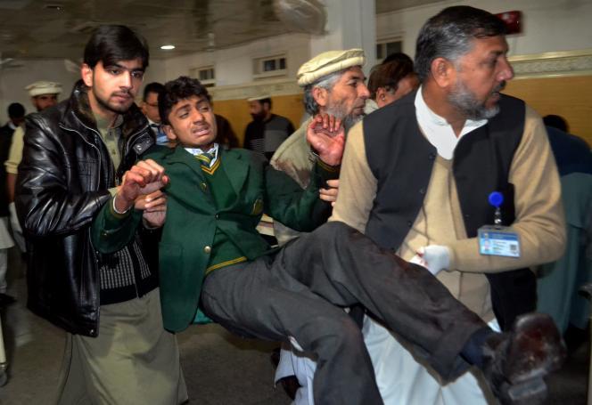 Mardi 16décembre, à l'hôpital de Peshawar, après l'attentat qui a fait au moins 100 morts dans une école.