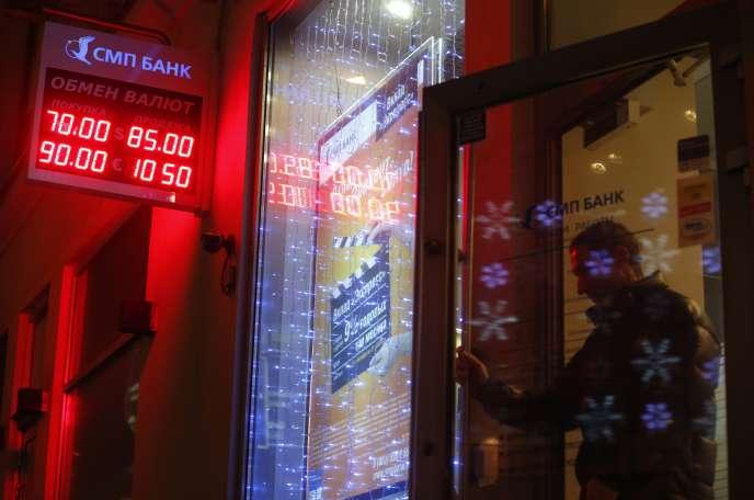 Une banque moscovite, en décembre 2014. La fuite des capitaux, malgré l'amnistie promise par Vladimir Poutine, qui a fait l'objet d'un décret publié le 8 juin, est évaluée à 32,6 milliards de dollars rien que pour les trois premiers mois de cette année.
