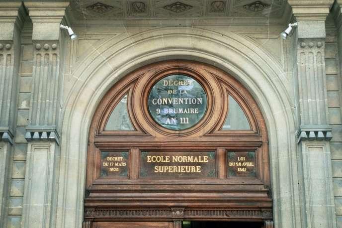 Fronton de l'Ecole normale supérieure de la rue d'Ulm, à Paris.
