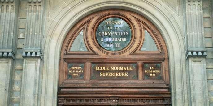 Le fronton de l'Ecole normale supérieure, le 24 juin 1994. L'ENS est classée 23e au classement mondial des 200 meilleures universités.