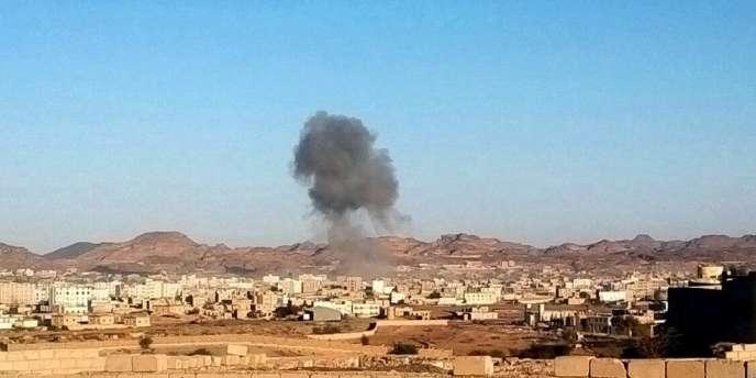 De la fumée émane de la ville de Rada, à 160 kilomètres de la capitale Sanaa au Yémen, où a eu lieu une explosion, le 16 décembre.