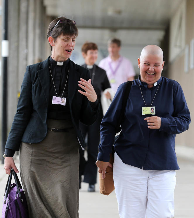 Libby Lane (à gauche), avec l'archidiacre de Norwich, Jan McFarlane, lors du synode général de l'église anglicane qui a autorisé la nomination de femmes évêques, à York, en juillet.