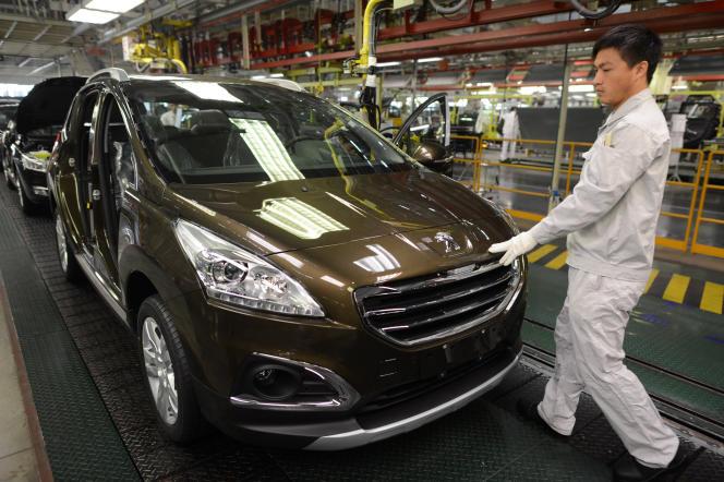 Ligne d'assemblage de l'usine de Dongfeng Peugeot-Citroën Automobile (DPCA), à Wuhan, en décembre 2013.