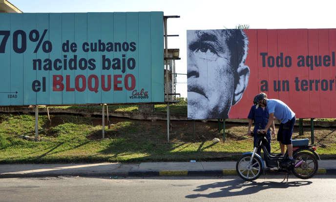 Panneaux contre le blocus de Cuba, à La Havane, en 2009.