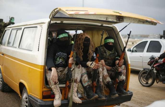 Des membres des brigades Al-Qassam, branche armée du Hamas, en marge d'une parade militaire à Gaza le 14 décembre.