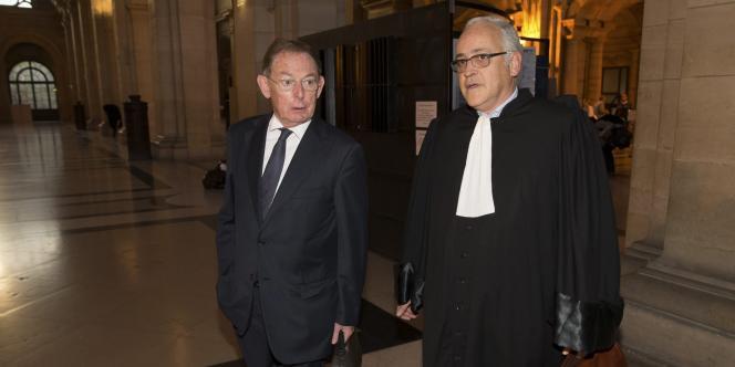 L'ancien patron d'EADS Noël Forgeard (à gauche) et l'avocat Olivier Gutkes au Palais de justice à Paris le 3 octobre 2014.