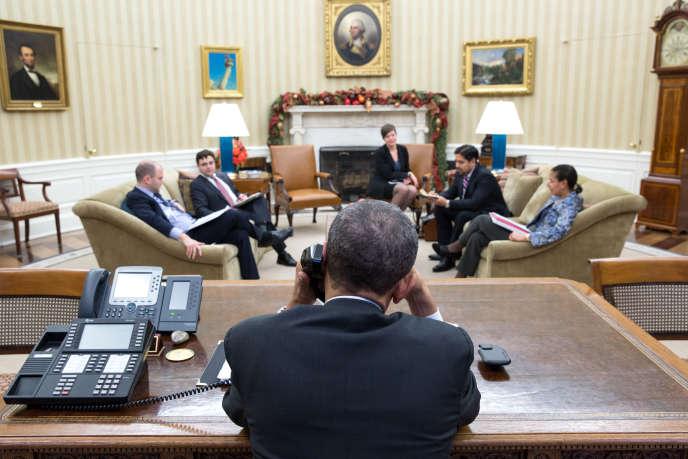 Le président américain Barack Obama, en conversation téléphonique avec son homologue cubain Raul Castro, le 16décembre.