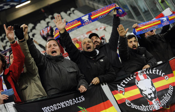 Des ultras du frente Atlético effectuent des saluts nazis lors du match de Ligue des champions à Turin le 9 décembre.