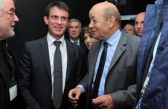 Manuel Valls, premier ministre, avec Jean-Yves Le Drian, ministre de la défense et ancien président de la région Bretagne, le 18 décembre 2014 à Brest.