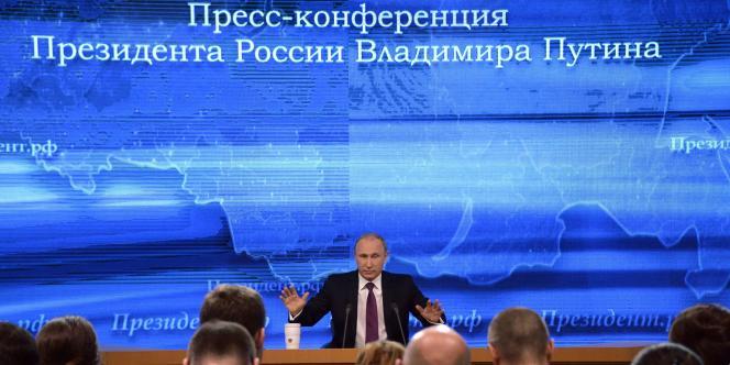 Vladimir Poutine s'adresse aux journalistes lors de sa conférence de presse annuelle.