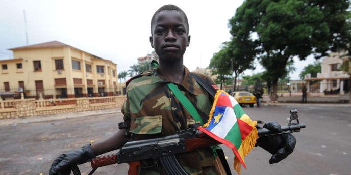 Un jeune combattant de la Séléka près du palais présidentiel de la République centrafricaine, à Bangui en mars 2013.